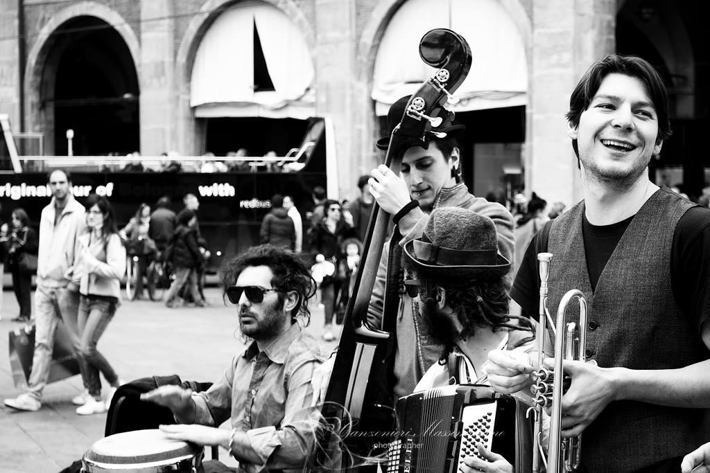 Condivisione di immagini, diritti d'autore e tutele - Music is life - Massimiliano Canzonieri 2015 - Artisti di strada a Bologna